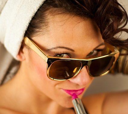 Mujer pintándose los labios
