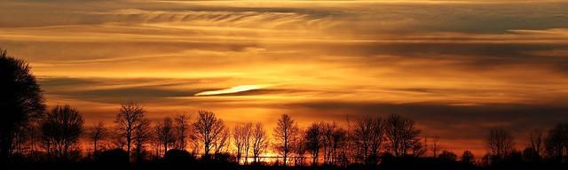 Preciosa y majestuosa puesta de sol