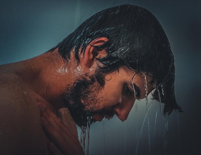Hombre duchándose