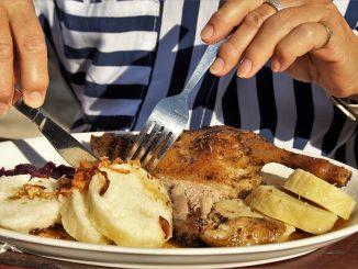 Pollo asado en un horno eléctrico de sobremesa.